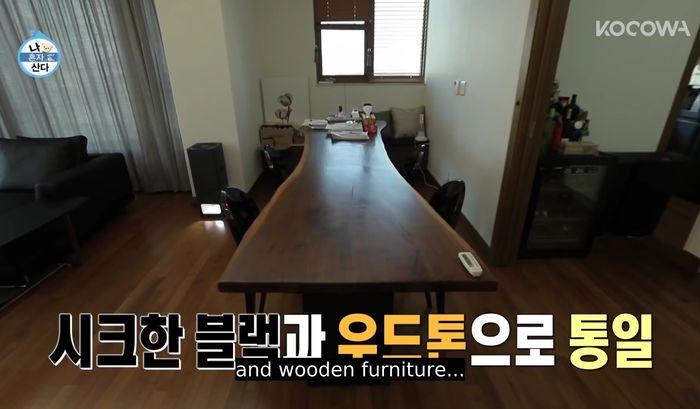 Meja makan di rumah artis Kim Youngkwang.