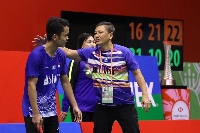 Pebulu tangkis tunggal putra Indonesia, Anthony Sinisuka Ginting bersama pelatih Hendry Saputra dalam laga melawan Lee Cheuk Yiu pada Hong Kong Open 2019, 17 November 2019.