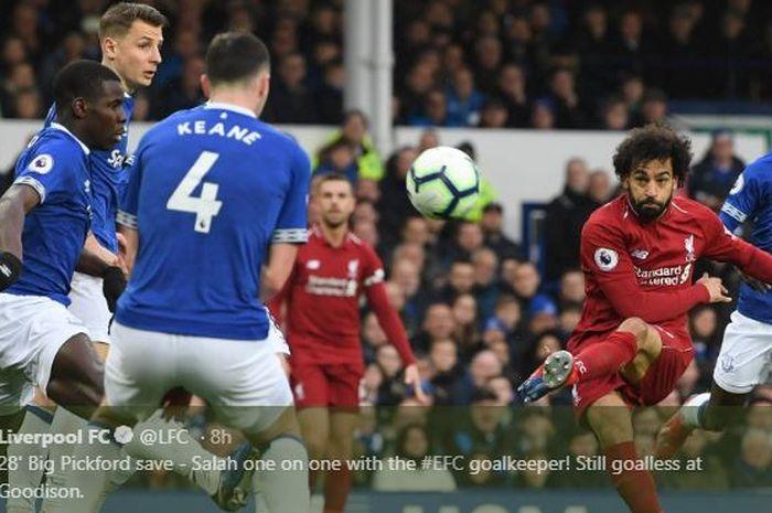 Penyerang Liverpool, Mohamed Salah, melepaskan tembakan dalam laga Liga Inggris pekan ke-29 versus Everton di Stadion Goodison Park, 3 Maret 2019.