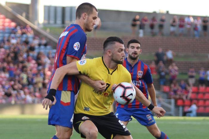 Penyerang Persija, Marko Simic, berduel di laga kualifikasi kedua Liga Champions Asia kontra Newcastle Jets.