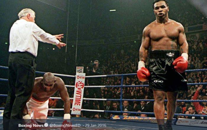 Mike Tyson (kanan) dikabarkan memberi penawaran bertarung kepada legenda UFC Tito Ortiz.