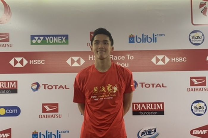 Pebulu tangkis tunggal putra Indonesia, Jonatan Christie, berfoto usai pertandingan 16 Besar Indonesia Masters 2020 di Istora Senayan, Jakarta, Kamis (16/1/2020).