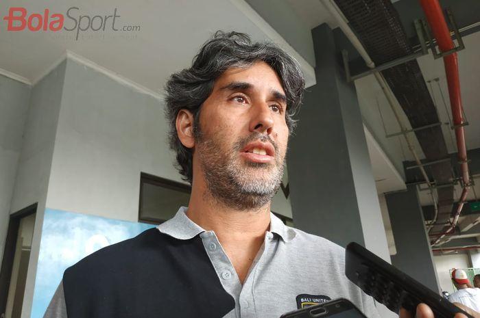Pelatih Bali United Stefano Cugurra alias Teco menjawab pertanyaan wartawan di Stadion Patriot Chandrabhaga, Kota Bekasi, Sabtu (2/3/2019).