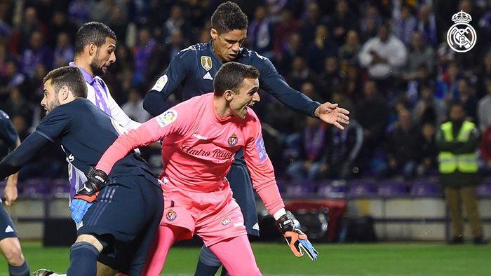 Bek Real Madrid, Raphael Varane (atas), mencetak gol ke gawang Real Valladolid dalam laga Liga Spanyol di Stadion Municipal Jose Zorrilla, Minggu (10/3/2019).