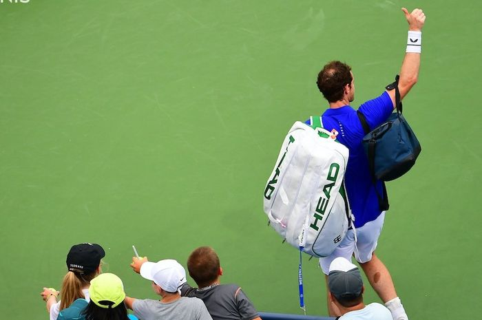 Petenis Skotlandia, Andy Murray, menyapa penonton di turnamen Cincinnati Masters 2019 Senin (12/8/2019)