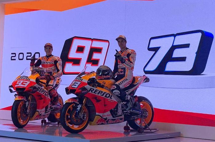 Pembalap Repsol Honda musim 2020, Marc Marquez (kiri) dan Alex Marquez, pada peluncuran tim di Jakarta, Indonesia, Selasa (4/2/2020).