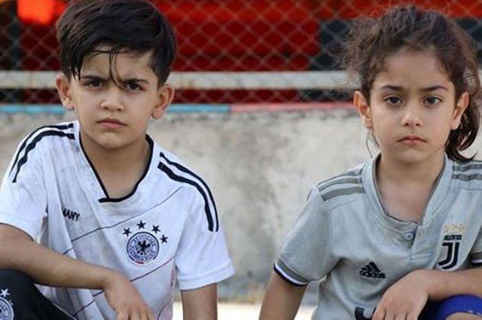 Arat Hosseini (kanan), bocah 5 tahun asal Iran yang disebut sebagai perpaduan Cristiano Ronaldo dan Lionel Messi.