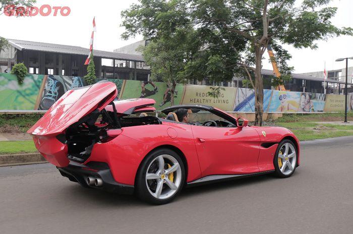 Proses buka-tutup atap Ferrari Portofino bisa dilakukan sambil berjalan