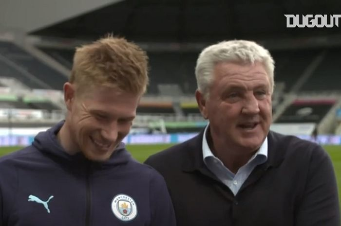 Pelatih Newcastle United, Steve Bruce (kanan), berbicara dengan gelandang Manchester City, Kevin De Bruyne.