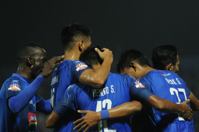 Arema FC menekuk Persela Lamongan berkat dua gol penentu Dedik Setiawan pada duel Liga 1 di Kanjuruhan, 27 Mei 2019.