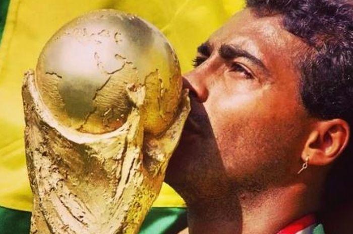 Romario de Souza Faria berhasil membawa timnas Brasil juara Piala Dunia 1994.