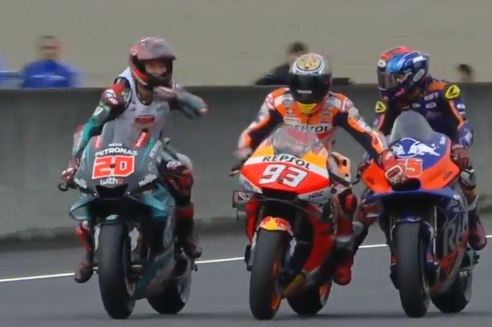 Marc Marquez harus 'nebeng' ke motor pembalap asal Malaysia, Hafizh Syahrin, setelah motornya mati pada victory lap MotoGP Jepang, Minggu (20/10/2019).