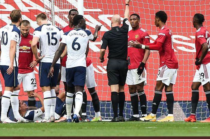 Striker Manchester United, Anthony Martial, terdiam setelah menerima kartu merah dalam laga Liga Inggris kontra Tottenham Hotspur di Stadion Old Trafford, Minggu (4/10/2020).