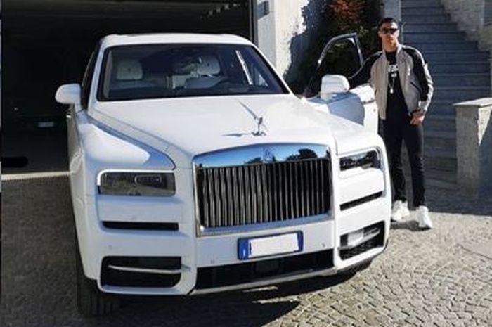 Bintang Juventus, Cristiano Ronaldo berpose di samping mobil mewahnya Rolls Royce Cullinan.