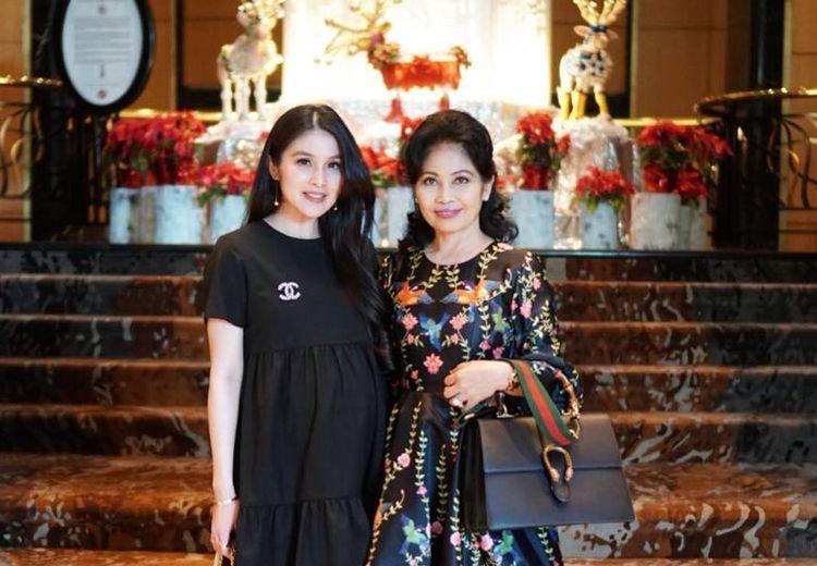 Tampil Stylish dan Anggun, Sosok Ibu Sandra Dewi Menyedot Perhatian