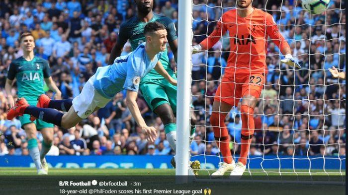 Pemain Manchester City, Phil Foden, mencetak gol ke gawang Tottenham Hotspur pada laga Liga Inggris, Sabtu (20/4/2019)