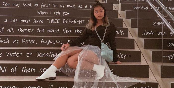 Fashion anak Eko Patrio kenakan ankle boots putih yang bisa jadi inspirasi fashion kita, girls!