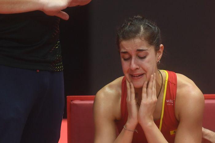 Pebulu tangkis tunggal putri Spanyol, Carolina Marin, menangis setelah mengalami cedera pada final Indonesia Masters 2019.