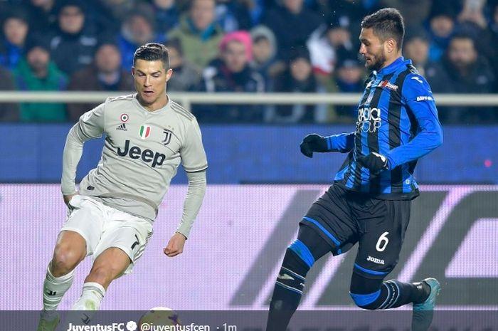 Megabintang Juventus, Cristiano Ronaldo (kiri), beraksi dalam laga perempat final Coppa Italia melawan Atalanta di Stadion Atleti Azzurri d'Italia pada 30 Januari 2019.