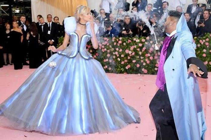 Zendaya tampil memukau dengan kostum Cinderella yang bisa menyala.