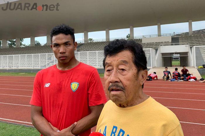 Atlet estafet dan lari 100 meter Indonesia, Lalu Muhammad Zohri (kiri), dan ketua PB PASI, Bob Hasan (kanan), saat menemui awak media di Stadion Madya, Jakarta, Selasa (7/5/2019).
