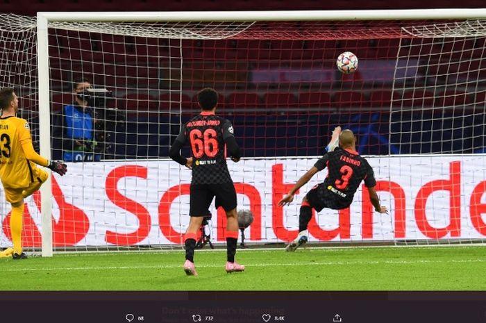 Aksi penyelamatan bek Liverpool, Fabinho, dalam laga melawan Ajax Amsterdam pada Rabu (21/10/2020).