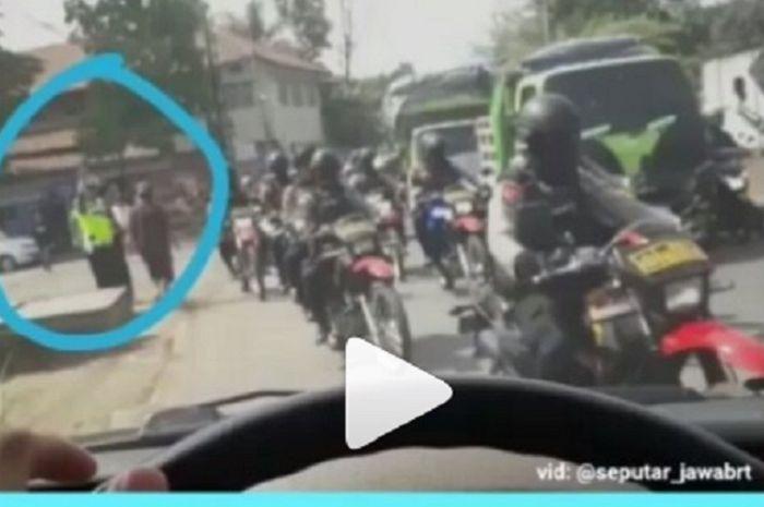 Mobil ambulance terhalang konvoi polisi di Bandung.