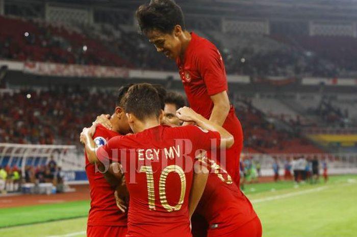 Sejumlah pemain Timnas U-19 Indonesia merayakan gol Witan Sulaeman ke gawang Timnas U-19 Uni Emirat