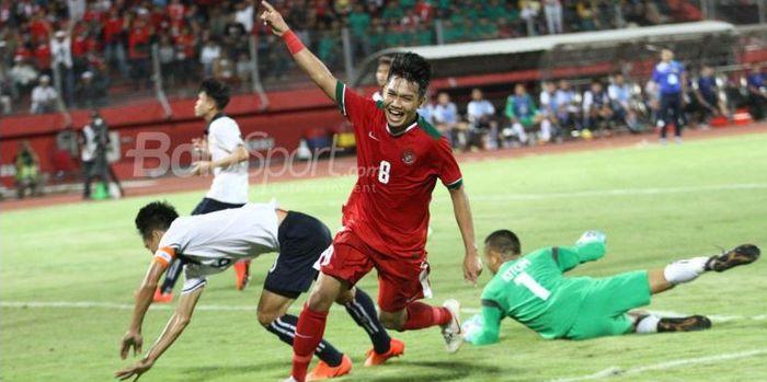 Gelandang Timnas U-19 Indonesia, Witan Sulaeman merayakan gol yang dicetaknya ke gawang Laos pada la