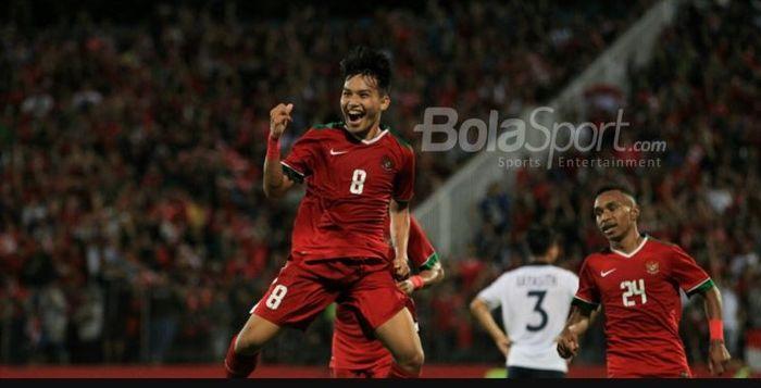 Gelandang Timnas U-19 Indonesia, Witan Sulaeman (kiri) merayakan gol yang dicetaknya ke gawang Laos