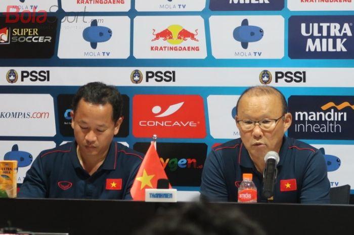 Pelatih timnas Vietnam, Park Hang Seo (kanan), saat sesi jumpa pers usai laga melawan timnas Indonesia dalam lanjutan Kualifikasi Piala Dunia 2022 di Stadion Kapten I Wayan Dipta, Bali, Selasa (15/10/2019).