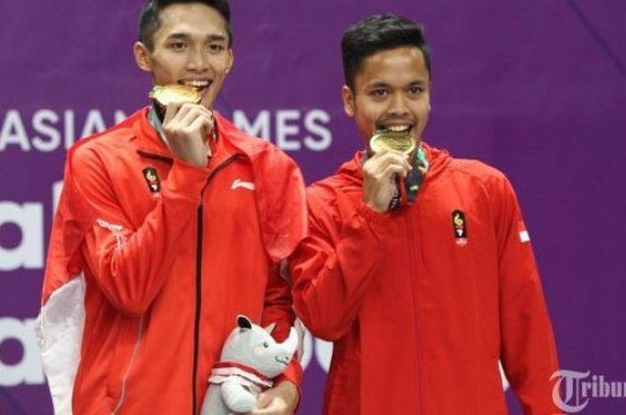 Tunggal putra Indonesia, Jonatan Christie bersama Anthony Sinisuka Ginting saat upacara pengalungan medali Asian Games 2018.