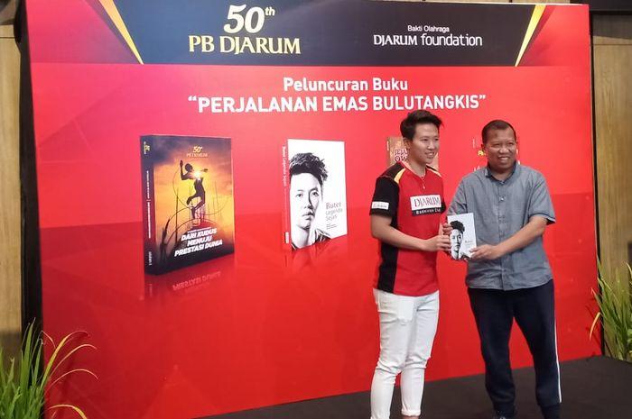 Liliyana Natsir alias Butet bersama penulis buku Butet Legenda Sejati, Hamid Awaludin, dalam peluncuran buku dalam rangka ulang tahun PB Djarum, di Wisma Ploso, Kudus, Jawa Tengah, Minggu (28/4/2019).
