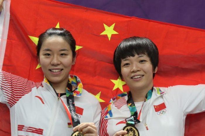 Ganda putri China, Chen Qingchen (kanan)/Jia Yifan, dengan medali emas Asian Games Jakarta-Palembang