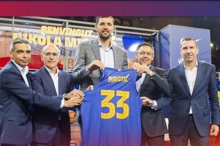 Rekrutan baru tim basket Barcelona, Nikola Mirotic. Sebelum ini, Mirotic pernah memperkuat Real Madrid.