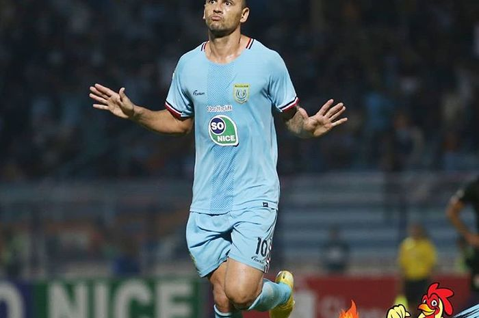 Striker Persela Lamongan, Alex dos Santos Goncalves, melakukan selebrasi setelah mencetak gol ke gawang Kalteng Putra pada pekan kedelapan Liga 1 2019.