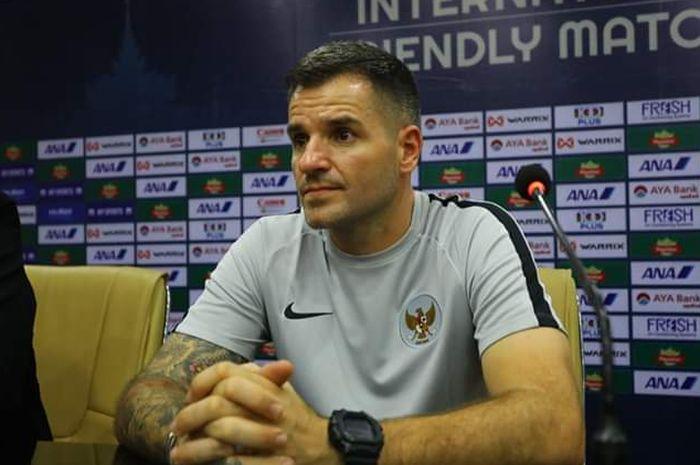 Pelatih timnas Indonesia Simon McMenemy memberikan keterangan pers pasca laga kontra timnas Myanmar, Senin (25/3/2019).