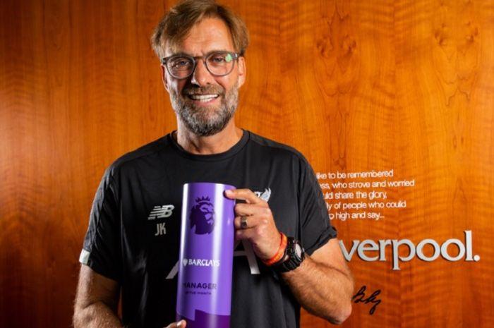 Manajer Liverpool, Jurgen Klopp, saat menerima penghargaan Manager of the Month Liga Inggris 2019/.20 untuk bulan Agustus