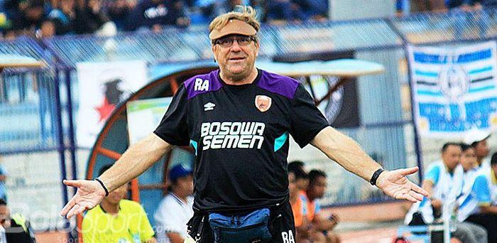 Ekspresi pelatih PSM Makassar Robert Rene Albert ketika menyaksikan pemainnya dar tepi lapangan saat