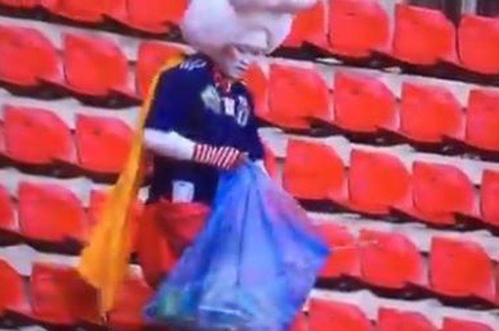 Suporter timnas Jepang memunguti sampah setelah laga Jepang vs Skotlandia pada Piala Dunia Wanita 2019, Jumat (14/6/2019.