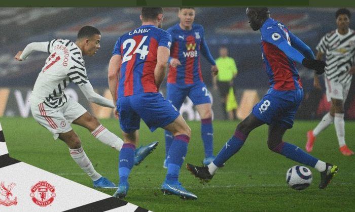 Penyerang Manchester United, Mason Greenwood, melepaskan tembakan dalam laga Liga Inggris kontra Crystal Palace di Stadion Selhurst Park, Rabu (3/3/2021).