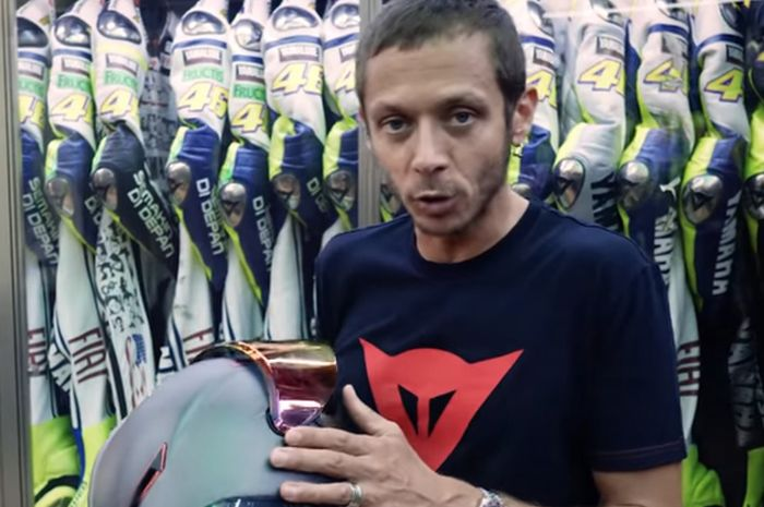 Valentino Rossi di musium rahasia yang terdiri deretan helm, racing suit, sarung tangan sempat-sempatnya jelaskan beda AGV Pista GP-R dengan GP-RR seperti lihat TV dan bioskop