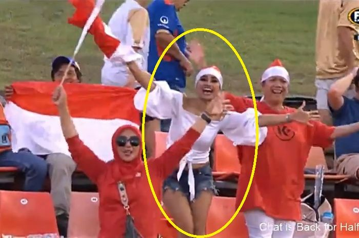 Antusiasme suporter Indonesia saat dukung Persija Jakarta di Stadion McDonald Jones, Australia, Selasa (12/2/2019).