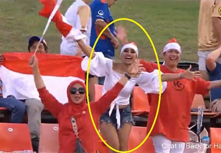 Wanita Cantik Ini Semangat Kibarkan Bendera Merah Putih di Laga Newcastle Jets Vs Persija Jakarta