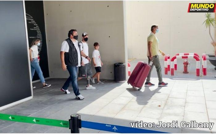 Momen kedatangan Lionel Messi dan keluarganya di Bandara El Prat.