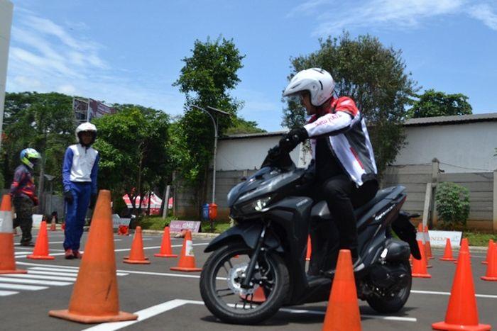 Safety riding Honda, Cari Aman saat cari angpao
