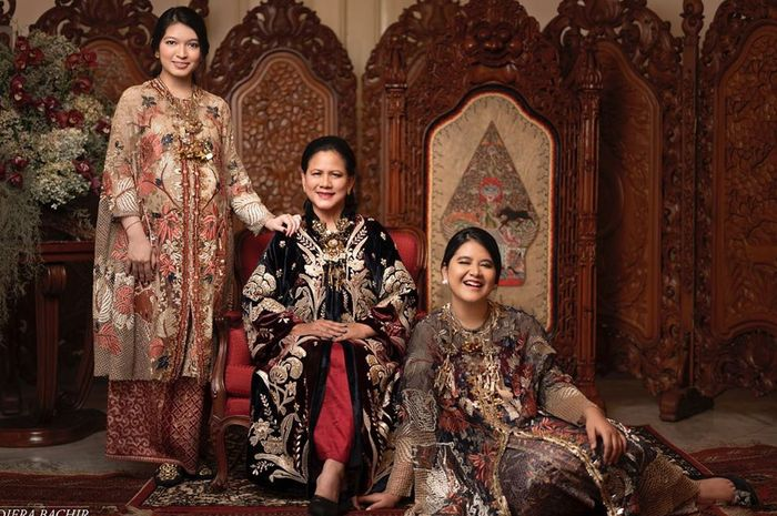 Pose Trio Keluarga Jokowi: Iriana, Kahiyang Ayu dan Selvi Ananda Pakai Batik, Siapa Paling Cantik?