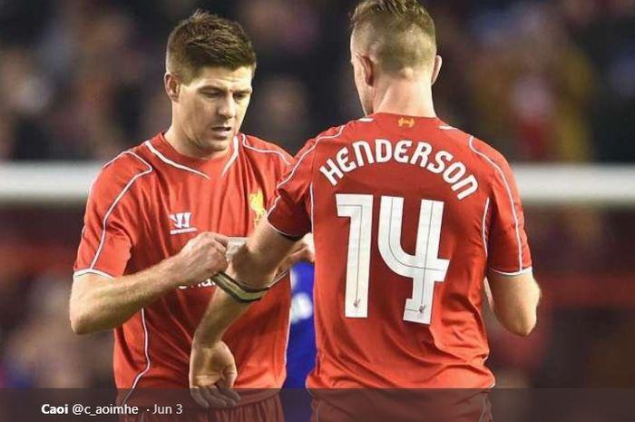 Steven Gerrard dan Jordan Henderson dalam sebuah pertandingan di Liverpool.