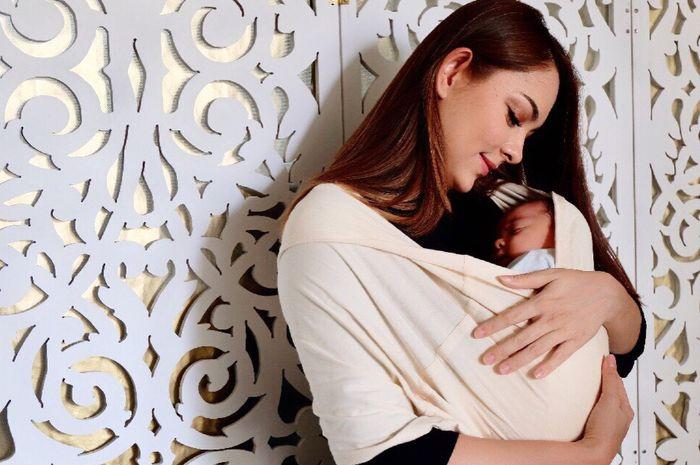 dr Reisa broto Asmoro saat menggendong anak keduanya
