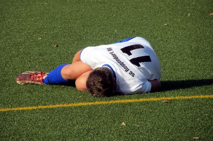 Ilustrasi pemain sepak bola cedera